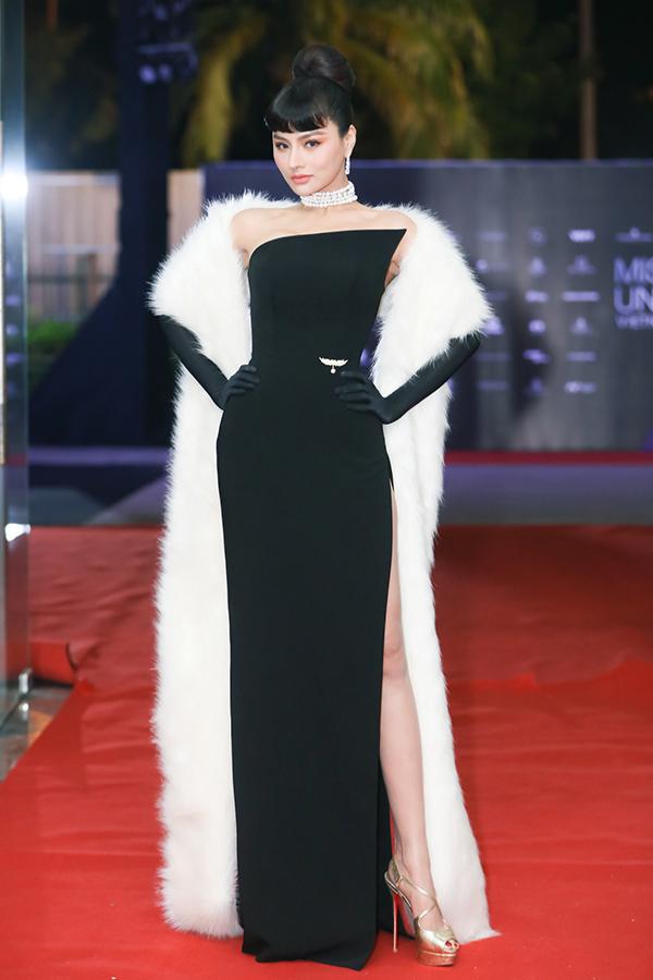 Siêu mẫu Vũ Thu Phương diện bộ đầm trần vai kiểu dángcổ điển. Cô trang điểm sắc sảo, làm tóc lấy cảm hứng từ huyền thoại thời trang Audrey Hepburn.