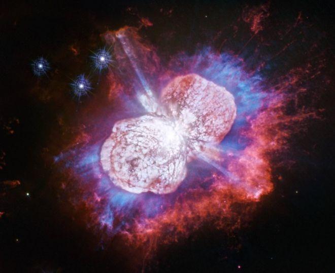 """<p> Eta Carinae là một hệ sao nằm cách Trái đất 7.500 năm ánh sáng. Nó bao gồm ít nhất hai ngôi sao, phát ra năng lượng gấp năm triệu lần so với Mặt trời. Suốt nhiều thập kỷ, các nhà thiên văn học đã tự hỏi liệu có phải nó đang trên bờ vực hủy diệt, sẽ nổ tung thành một siêu tân tinh. Màn bắn """"pháo hoa"""" này được chụp bởi máy Wide Field Camera 3 trên kính viễn vọng Hubble, công bố vào đầu tháng 7/2019.</p>"""