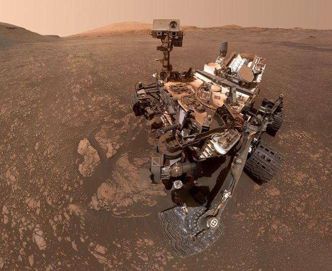 """<p> Người máy thám hiểm của NASA đã khám phá miệng núi lửa Gale trên sao Hỏa từ năm 2012. Người máy chụp """"bức ảnh tự sướng"""" này khi đang khám phá sườn núi Sharp - một ngọn núi tạo thành đỉnh trung tâm của hố va chạm. Bức ảnh được NASA công bố hôm 29/5.</p> <p> Hai mẫu đá được khoan từ địa điểm này cho thấy lượng khoáng sét rất cao. Đất sét thường hình thành từ nước, dấu hiệu của sự sống. Bằng chứng này đã chỉ ra có sự xuất hiện của nước trên sao Hỏa.</p>"""