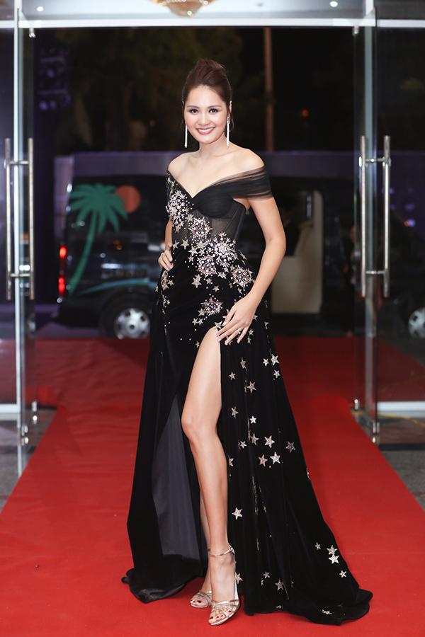 Hoa hậu Hương Giang diện đầm trần vai, xẻ đùi. Đây là lần thứ ba cô ngồi ghế giám khảo Hoa hậu Hoàn vũ Việt Nam.