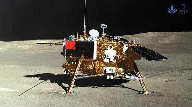 <p> Ngày 3/1/2019, tàu vũ trụ Chang'e-4 của Trung Quốc lần đầu tiên hạ cánh xuống nửa không nhìn thấy của Mặt trăng (far side of the Moon). Vài ngày sau khi chạm đất, các camera trên robot tự hành và tàu đổ bộ được lệnh chụp ảnh lẫn nhau.</p> <p> Tàu vũ trụ đã mang theo máy ảnh, radar để thăm dò bên dưới bề mặt Mặt trăng, máy quang phổ để xác định khoáng sản và thí nghiệm sống để trồng cây trong sinh quyển. Vào tháng 5, các nhà khoa học Trung Quốc báo cáo Chang'e-4 đã tìm ra nguồn gốc lâu đời của một miệng núi lửa rộng lớn ở phía xa của Mặt trăng nơi chúng đổ bộ.</p>