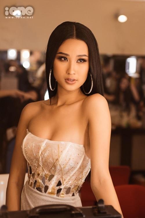 Phạm Anh Thư với thần thái kiêu sa trong hậu trường đêm thi bán kết Hoa hậu Hoàn vũ Việt Nam 2019.Cô gái sinh năm 1997, đến từ Hà Nội thuộc số ít thí sinh có vóc dáng đẹp, cân đối ở cuộc thi năm nay. Cô cao 1,75 m, nặng 54 kg. Số đo ba vòng 85-59-92 cm. Chia sẻ với iOne, Anh Thư cho biết, cô hồi hộp xen lẫn phấn khích khi Miss Universe Vietnam bước vào giai đoạn nước rút. Cô hài lòng với phần trình diễn của mình trong đêm bán kết. Cô mong bản thân trở thành hoa hậu để có thể sử dụng tiếng nói, giúp mọi người hiểu hơn các vấn đề xã hội như HIV, bình đẳng giới.