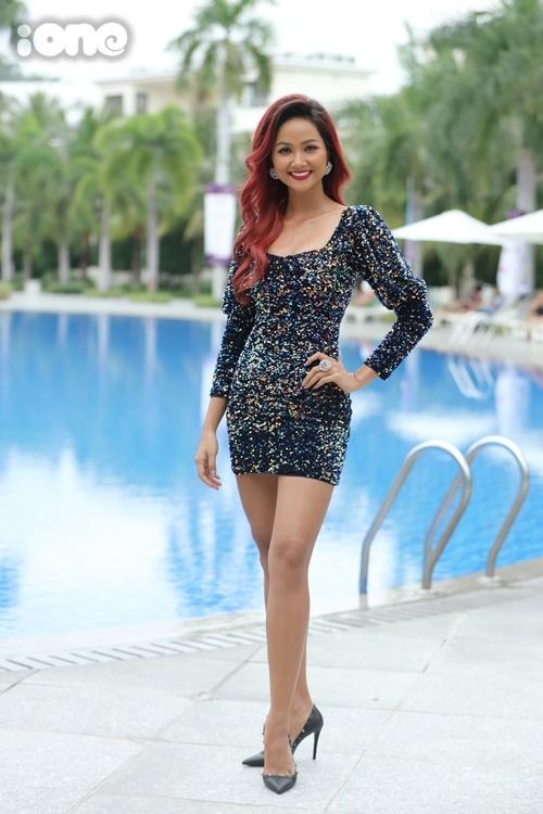 HHen Niê thử nghiệm màu tóc đỏ khi đảm nhận vai trò MC phần thi Người đẹp biển sáng 4/12 tại Nha Trang (Khánh Hòa). Cô diện đầm ôm tôn dáng.