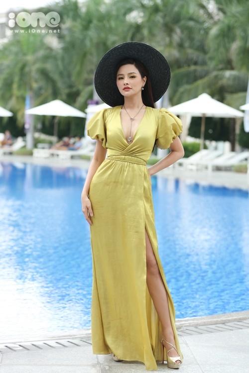 Vũ Thu Phương xuất hiện từ sớm trong buổi thi Người đẹp biển. Cô diện váy lụa, xẻ đùi, khoe chân thon.