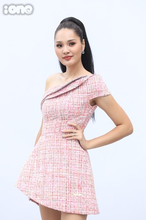 Hoa hậu Hương Giang mặc bộ đầm lệch vai, chất liệu vải tweed.