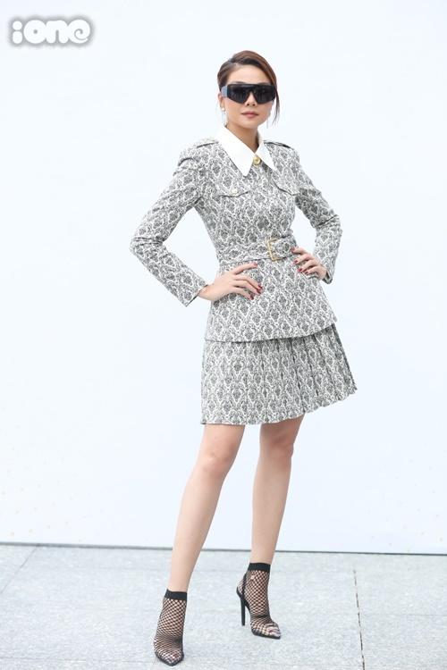 Thanh Hằng chọn style thanh lịch. Kính Yves Saint Lauren giúp cô trông ngầu hơn khi ngồi ghế giám khảo.