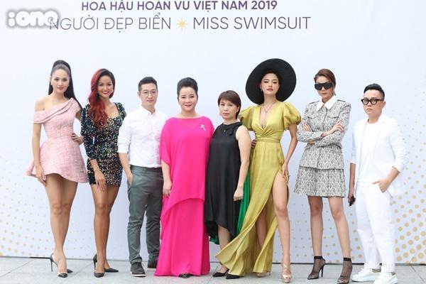 HHen Niê chụp hình cùng 7 ban giám khảo của cuộc thi năm nay.