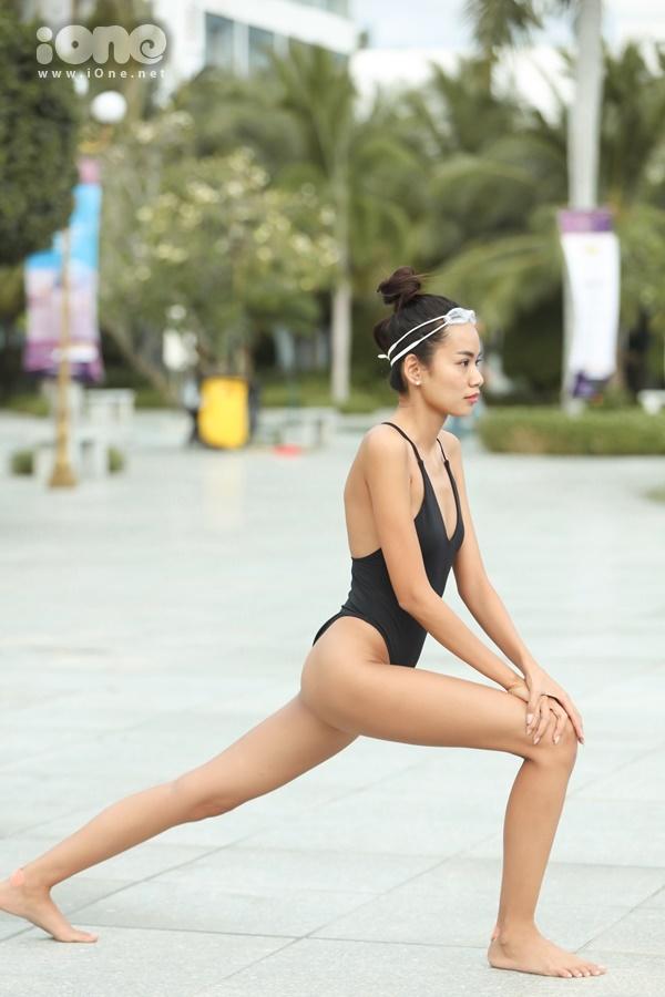 Ngoài hoạt động luyện tập catwalk, đến phòng gym, Hoàng Phương có sở thích bơi lội. Trời nóng hay lạnh, côvẫn thức dậy từ sớm để đi bơi. Người đẹp gốc Khánh Hòa tranh thủ khởi động trước khi xuống nước.