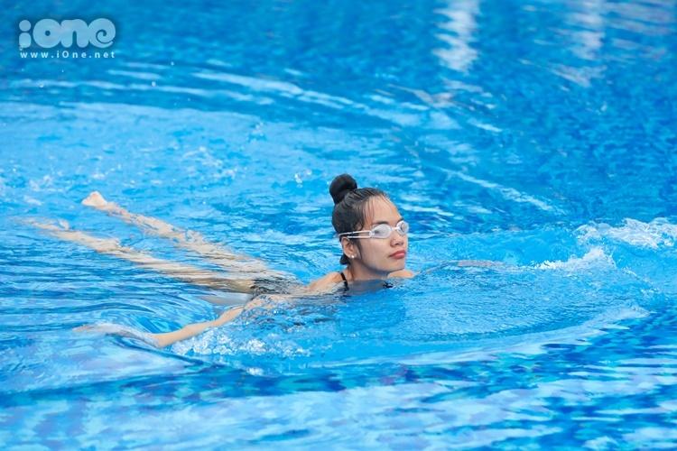 Phương nói bơi lội giúp cô tăng chiều cao. Khi hòa mình xuống dòng nước, lực nước nặng hơn trên không rất là nhiều. Khi vươn người, lấy hơi thở, cơ bụng sẽ siết lại, người vươn ra. Điều này giúp các cơ hoạt động đều hơn. Cơ thể cũng dẻo dai, săn chắc hơn, cô nói.