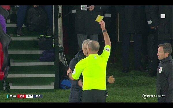 Trọng tài phạt thẻ vàng cho HLV Tottenham.