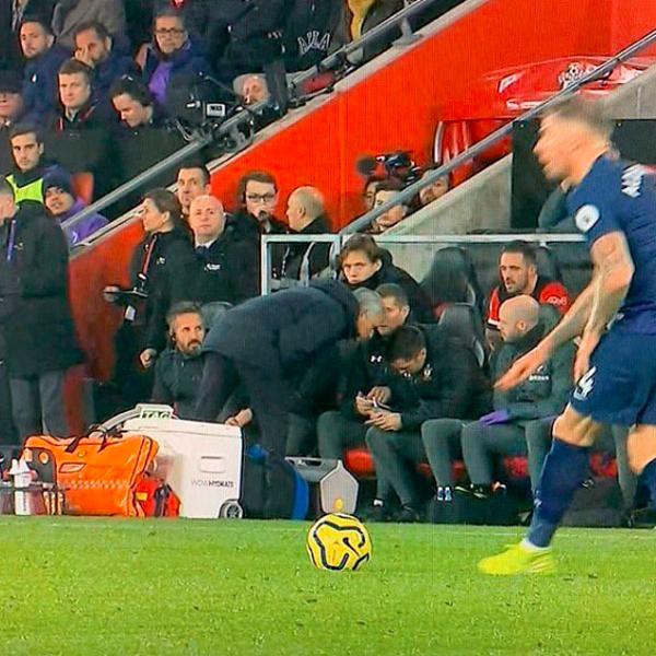 Mourinho ngó đầu nhìn chiến thuật đội bạn ở băng huấn luyện.