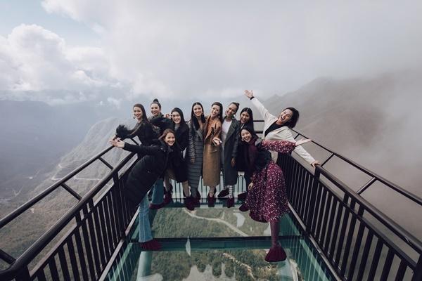 Top 10 Hoa hậu Hoàn vũ vui đùa trên cầu kính. Đây là dịp hiếm hoi các cô gái hội ngộ sau gần 1 thángcuộc thi khép lại.
