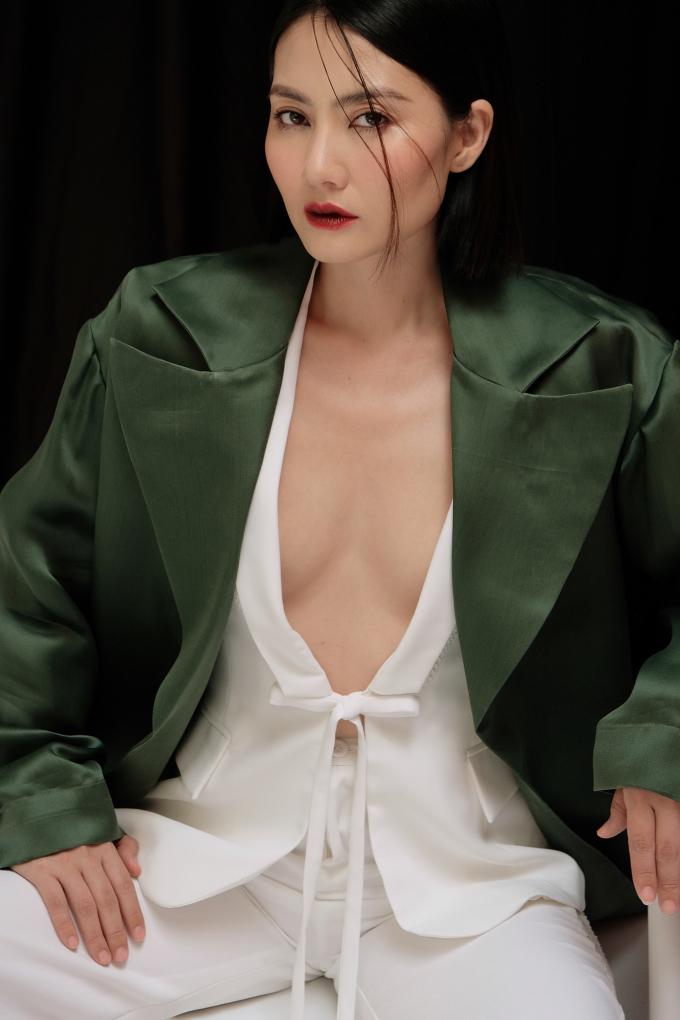 <p> Cô thử nghiệm phong cách gợi cảm hơn. Ngọc Lan diện trang phục cắt xẻ, khoét ngực bạo trong loạt ảnh mới. Cô còn mạnh dạn mix trang phục không nội y khoe vòng một.</p>