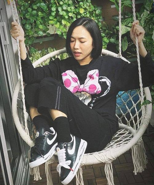 Diệu Nhi sắm chiếc áo Minnie best-seller của Zara. Đón đầu xu hướng năm nay, thương hiệu bình dân này cho ra mắt hàng loạt mẫu áo Mickey trong bộ sưu tập mới.