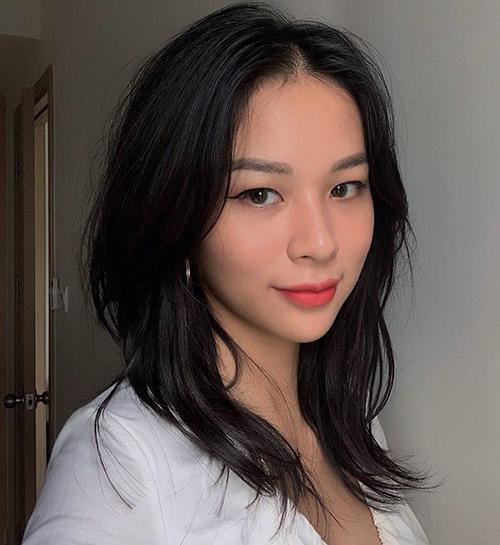 Gần đây, nàng mẫu để tóc tỉa layer gam trầm, giúp gương mặt trông có da có thịt hơn và xinh đẹp hơn hẳn.