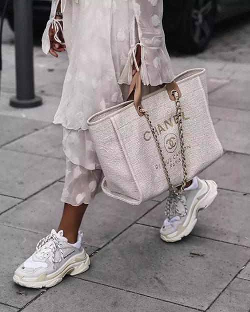 Với sự lên ngôi của những chiếc túi xách tote siêu to khổng lồ, không khó hiểu khi Deauville Bag không hết thời mà thậm chí ngày càng được ưa chuộng. Trong thời gian 2015-2019, túi đã tăng giá đến 82%. Khi mới ra mắt, túi có giá 1.900 USD (khoảng 43 triệu đồng), nhưng hiện tại, tín đồ thời trang phải chi đến 3.500 USD (hơn 80 triệu đồng) mới có thể sở hữu mẫu túi này.