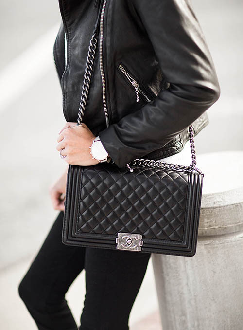 The bag is made of a round metal ring with a retro metal chain, neat lines, a ring-shaped shoulder chain and a recognizable lock design. It is full of handsome neutrality, showing the personality of a little boy! As a classic bag of Chanel, new designs are introduced every year, but they are also welcomed by bags.