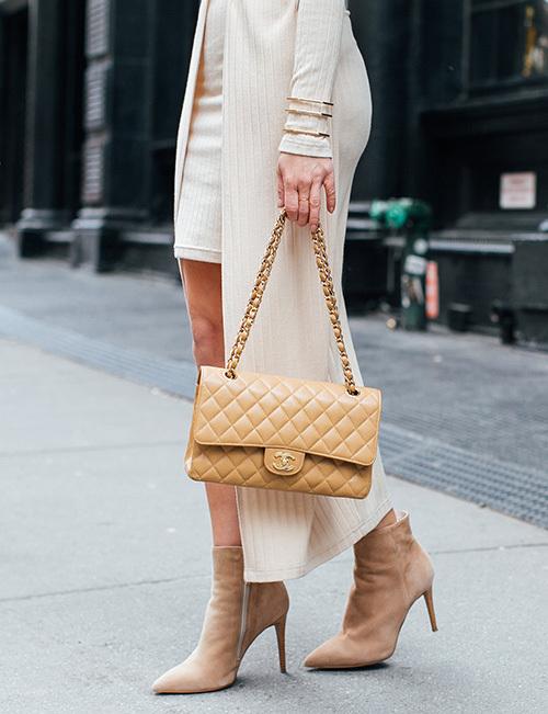 Chanel Classic Flap Bag khiến các cô gái khát khao sở hữu, dù có phải chi hơn nhiều tiền so với giá gốc ban đầu. Thậm chí nhiều người tin rằng, một chiếc Classic Flap Bag cũ vẫn bán rất được giá, khi sắm về hoàn toàn không lo lỗ. Hiện tại, giá của một chiếc túi này cũng khoảng 100 triệu đồng.