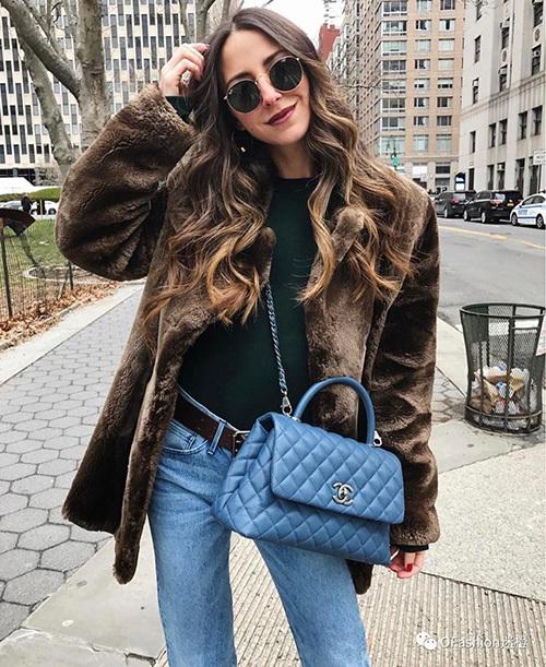 Ngoài tay cầm, túi cũng có quai xích dài giống như các phom túi khác của Chanel nên có thể đeo theo nhiều cách. Màu sắc của túi cũng rất đa dạng.