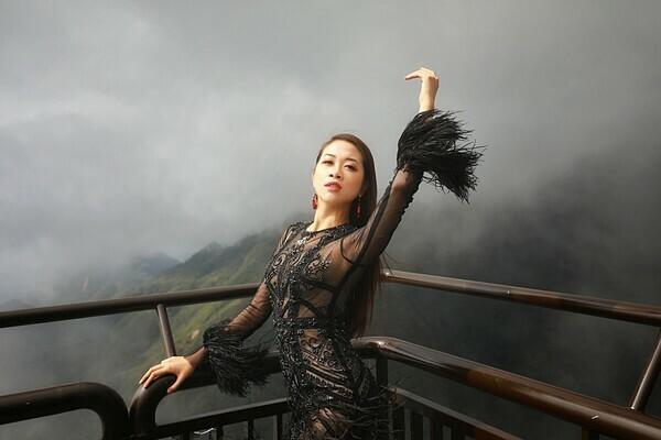 Vũ Quỳnh Trang mặc đầm tay loe, chất liệu ren xuyên thấu.