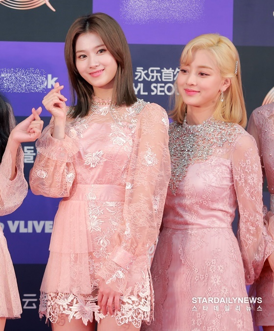 Sana - Ji Hyo (tóc vàng).