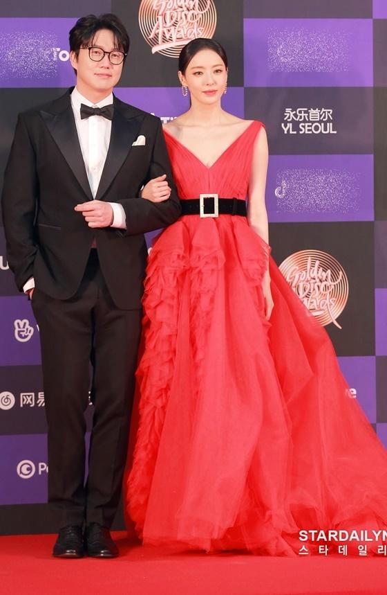 Nam ca sĩ Sung Si Kyung sánh đôi bên Lee Da Hee trên thảm đỏ GDA. Cả hai sẽ đảm nhận vai trò MC trong lễ trao giải được quan tâm nhất năm.