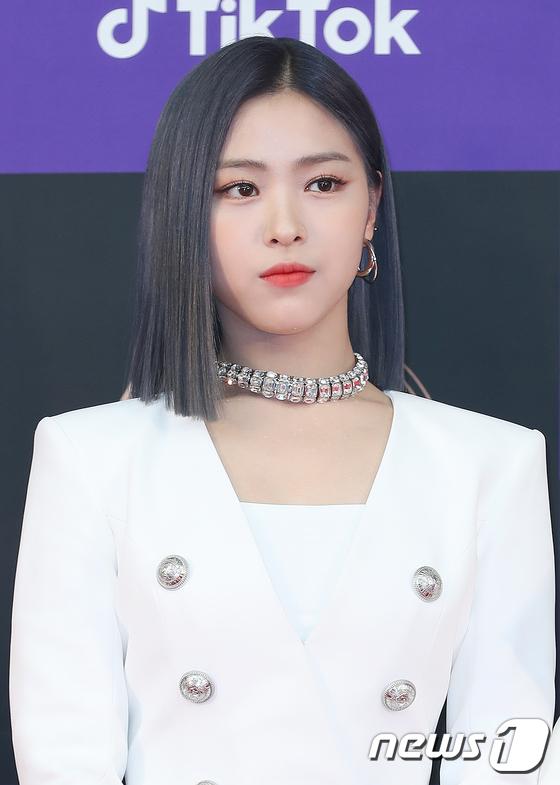 Sau nhiều lần phải mặc đồ cũ, Shin Ryu Jin được thay đổi trang phục và cả màu tóc. Mỹ nhân nhà JYP cá tính, thu hút hơn hẳn với mái tóc đen.