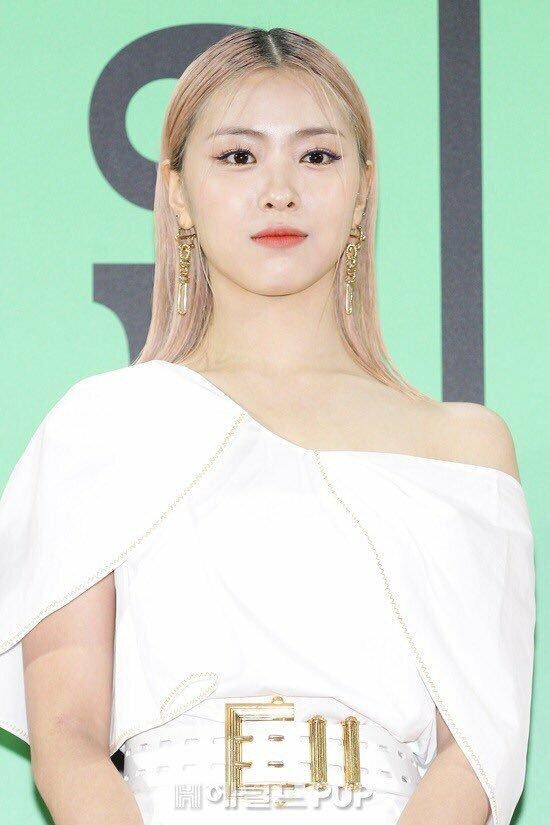 Tại lễ trao giải MMA ngày 30/11/2019, kiểu tóc rẽ ngôi giữa củaRyu Jin bị chê thảm họa.