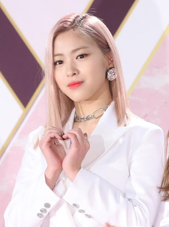 Trước đó, fan nhiều lần bày tỏ sự bức xúc với stylist khi không chịu thay đổi màu tóc cho Ryu Jin. Màu tóc hồng bị chê là không hợp với gương mặt tròn trịa của thành viên ITZY, dìm đáng kể nhan sắc cô nàng.