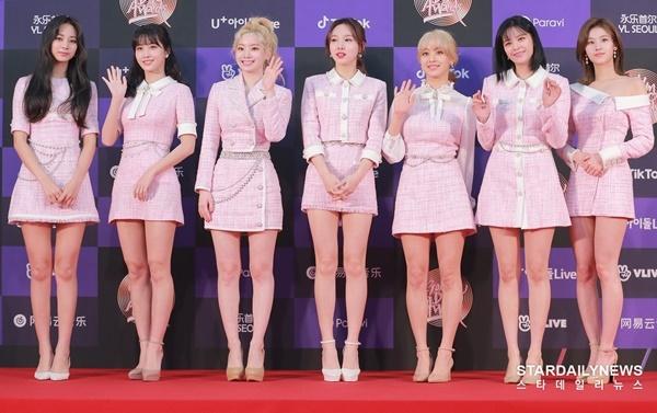Twice tham dự cả hai đêm lễ trao giải GDA. Điều này chứng tỏ thành tích cực ấn tượng của nhóm ở mảng nhạc số và tiêu thụ album. Nhóm tiếp tục chọn tông hồng ngọt ngào lên thảm đỏ các sự kiện cuối năm.