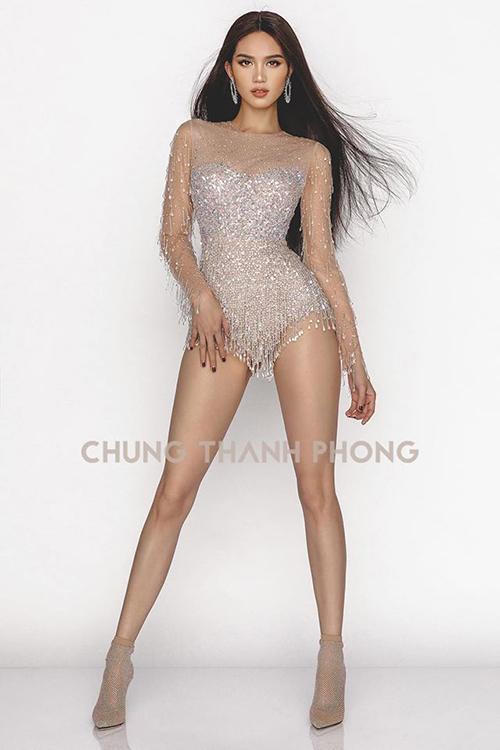 Trong bộ ảnh mới thực hiện hợp tác cùng NTK Chung Thanh Phong, Ngọc Trinh mang đến diện mạo mới mẻ. Nữ hoàng nội y khoe chân dài với bodysuit lấp lánh, tuy nhiên gây chú ý hơn cả là lối trang điểm tông nude cực Tây.