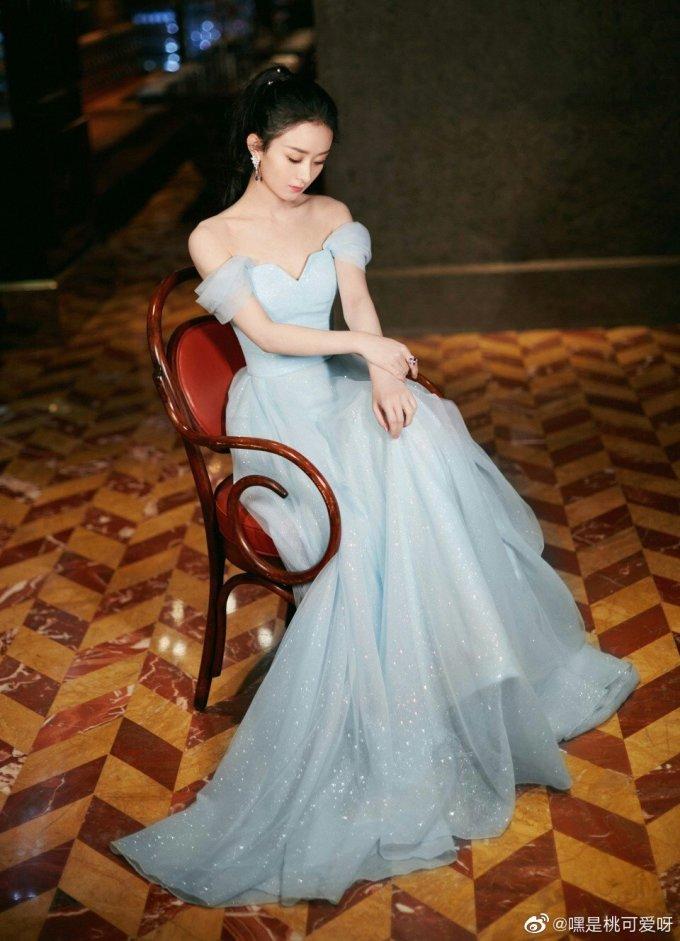 <p> Chiếc váy dạ hội xanh của Triệu Lệ Dĩnh khiến nhiều người liên tưởng đến nàng công chúa Elsa.</p>