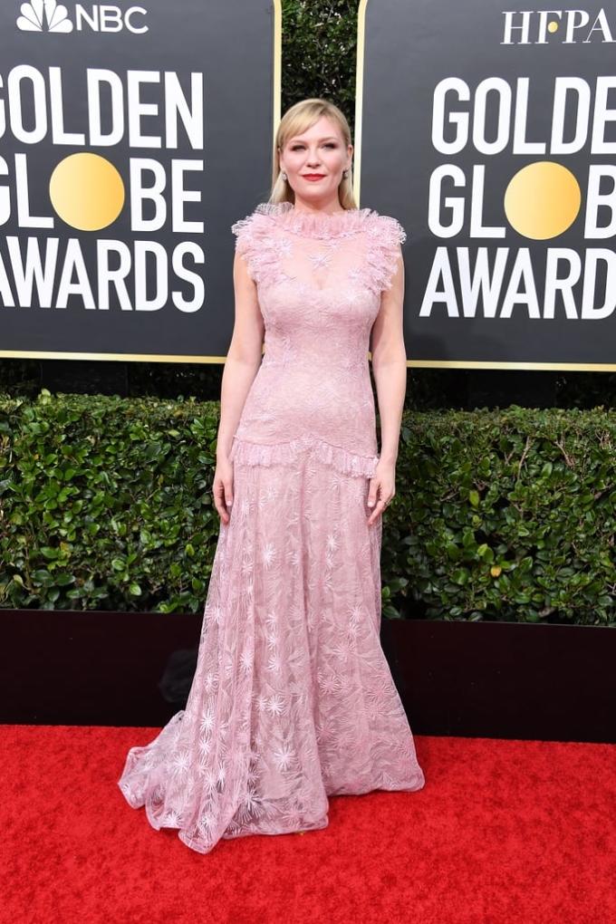 <p> Kirsten Dunst chọn bộ cánh màu hồng pastel nền nã.</p>