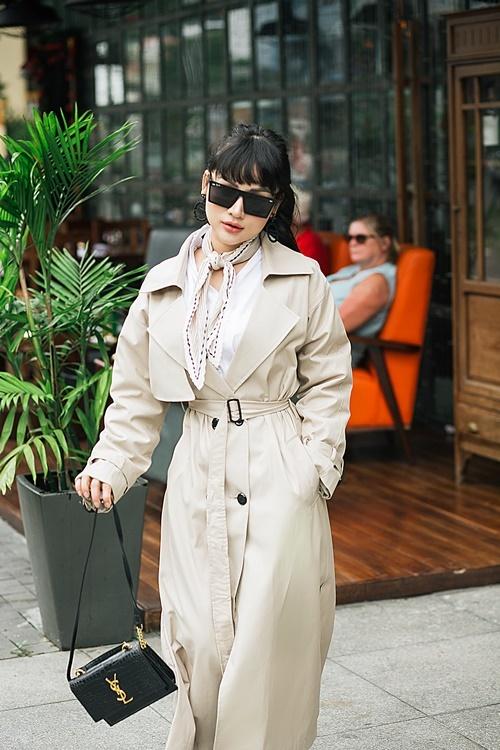 Thu Hiền thường đeo túi xách, kính mắt, khuyên tai và quàng khăn ở cổ mỗi khi ra đường. Theo nữ MC, những món đồ này vừa giúpbạn gái trở nên sành điệu, vừa giảm bớt sự chú ý của người đối diện vào vóc dáng.