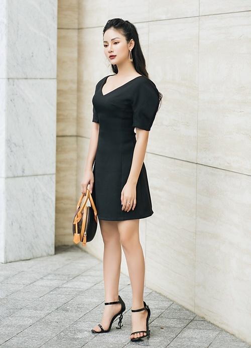 Chọn gam màu đơn sắc, không tham lam họa tiết là bí quyết giúp Thu Hiền giấu được hạn chế hình thể. Cô cho rằng trang phục càng đơn giản sẽ khiến người mặc trông cao ráo, thanh lịch hơn.