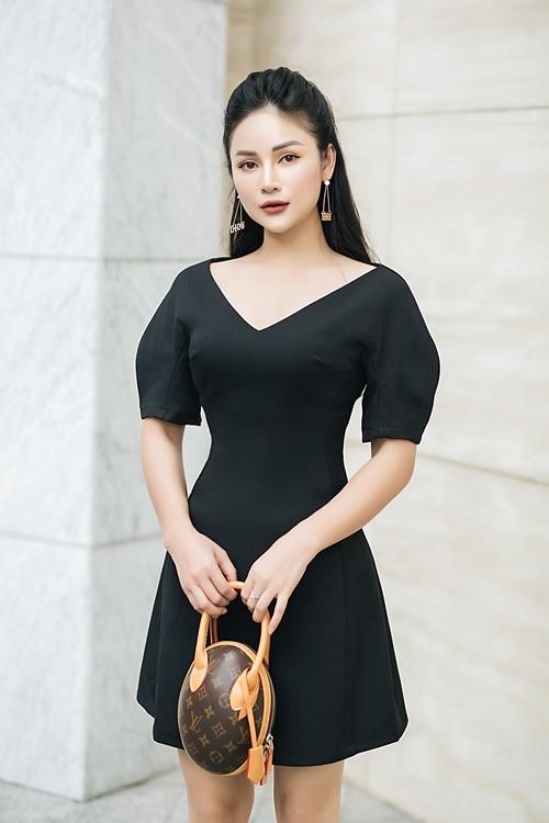 Thu Hiền chuộng kiểu đầm tay bồng, chiết eo. Theo Thu Hiền, phần nhô ra của thiết kế sẽ khiến người đối diện tập trung vào phần trên cơ thể và quên đi đôi chân ngắn của người mặc.