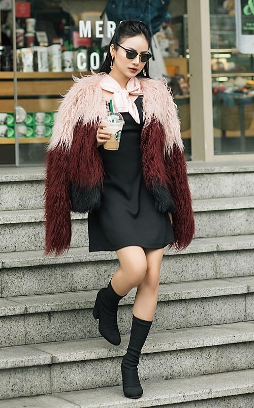 Để ăn gian chiều cao, Thu Hiền thường mặc những chiếc váy kiểu dáng tối giản có chiều dài trên đầu gối và đi boots cao gót. Bên ngoài, cô khoác thêm áo khoác lông để giữ ấm khi trời lạnh.