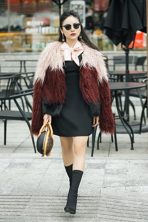 Thu Hiền sinh năm 1992. Cô là MC của VTV, diễn viên, người mẫu ảnh dù không sở hữu đôi chân dài. Đồng nghiệp gọi Thu Hiền là mắt nâu, cũng có người trêu cô là MC nữ lùn nhất showbiz Việt. Tuy nhiên, nhờ cách mix đồ tài tình, Thu Hiền đã giấu được nhược điểm chiều cao. Mới đây, cô nàng cho ra mắt bộ hình thời trang mới, tư vấn cho các nàng nấm lùn cách diện đồ trong dịp đầu xuân năm mới.