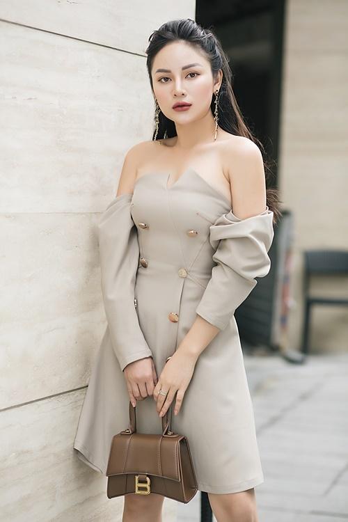 Với tuyên ngôn mặcđơn giản nhưng vẫn phảiđẹp và nổi bật, Thu Hiền mặc váy cúp ngực gam màu ghi trắng.