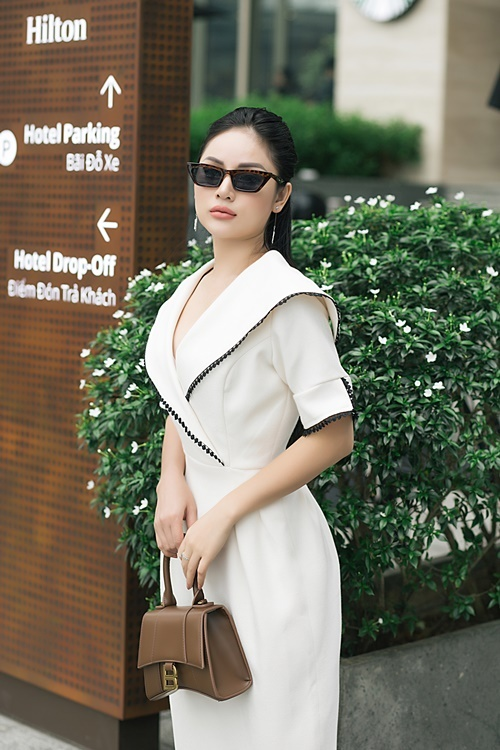 Theo Thu Hiền, bùa hộ mệnh của những cô nàng chân ngắn chính là những đôi giày cao gót có độ cao vừa phải, phần quai chắc chắn. Món đồ này sẽ giúp phái đẹp trông duyên dáng mà vẫn êm chân, an toàn khi sải bước.