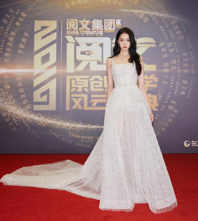 <p> Trang phục của Quan Hiểu Đồng cũng tạo cảm giác lộng lẫy, trở thành tiêu điểm trên thảm đỏ. Người hâm mộ ví cô nàng như một nàng công chúa tham dự lễ hội.</p>