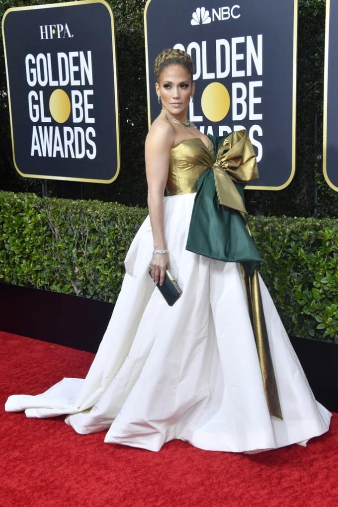 """<p> Jennifer Lopez được ví với """"hộp quà khổng lồ"""" với bộ đầm đính nơ của Valentino.</p>"""
