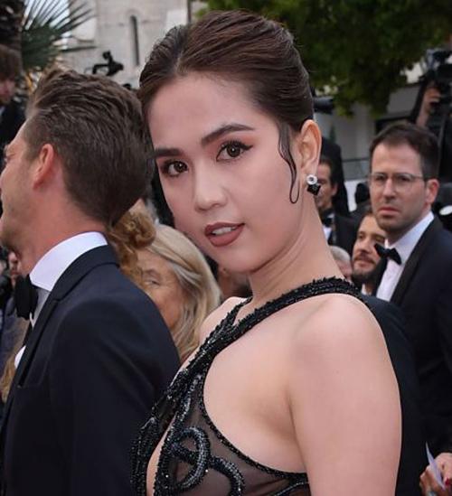 Hồi tham dự LHP Cannes 2019, Ngọc Trinh cũng áp dụng lối trang điểm đậm, sắc lạnh nhưng không thành công.
