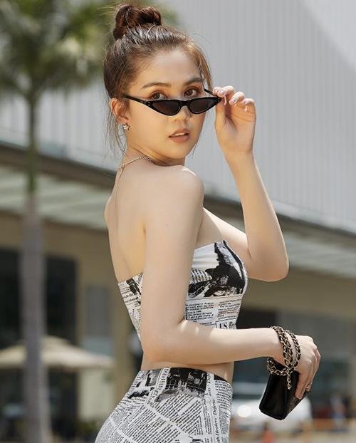 Dù vậy, nhiều người chê người đẹp miền Tây không phù hợp với cách trang điểm này bằng kiểu làm đẹp thuần châu Á, tôn lên vẻ bầu bĩnh.