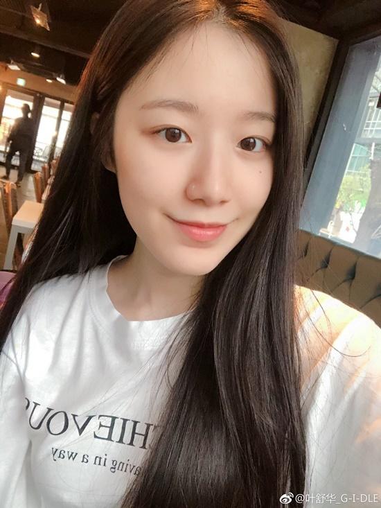 Shuhua nổi tiếng là nữ idol rất tự tin vào khuôn mặt mộc, thường xuyên đăng ảnh selfie không cần trang điểm hay ra sân bay với vẻ ngoại mộc mạc nhất.