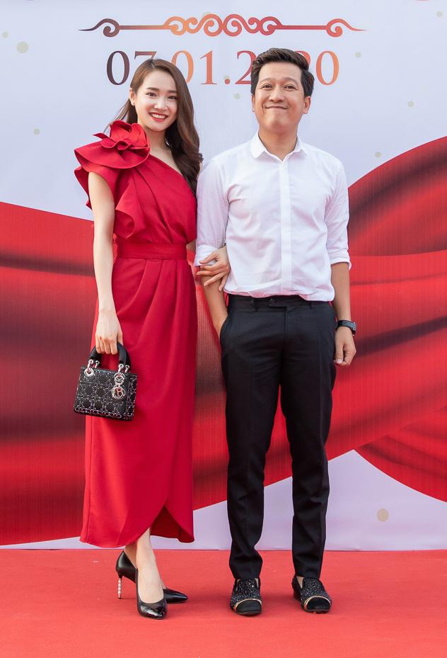 <p> Nhã Phương diện đầm đỏ rực khoác tay ông xã. Họ có mặt từ sớm để đón tiếp khách mời đến chung vui cùng gia đình.</p>