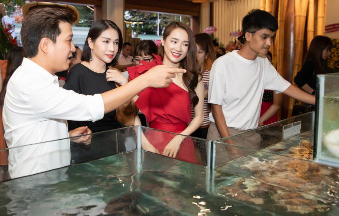 <p> Trường Giang - Nhã Phương đón tiếp và giới thiệu với bạn bè về nhà hàng mới tại Vũng Tàu.</p>