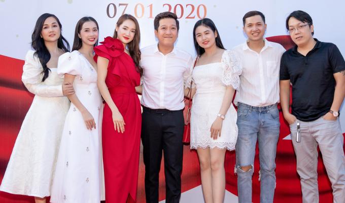 <p> Đây cũng là dịp hiếm hoi thấy gia đình Trường Giang - Nhã Phương cùng tham dự sự kiện và chụp ảnh chung thế này.</p>