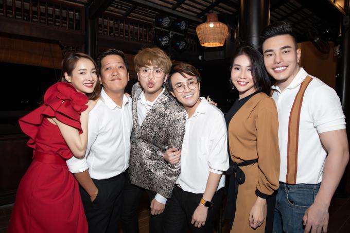 <p> Đến chúc mừng họ có Duy Khánh, Huỳnh Lập, Khả Như, Lê Dương Bảo Lâm (từ trái qua).</p>
