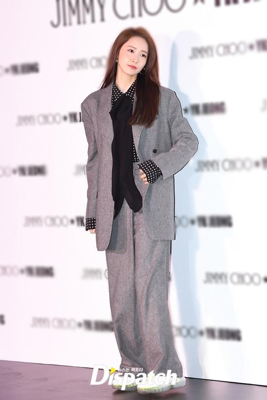Set đồ theo phong cách menswear cũng giúp diện mạo Yoona thêm phần trẻ trung, cá tính.